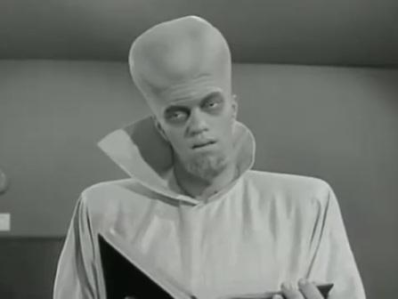 "To Serve Man, 89e épisode de The Twilight Zone : les Kanamits arrivent sur terre ""to serve man""..."